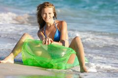 Femme heureux sur la plage photos stock