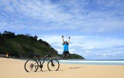 Femme heureux sur la plage Photo libre de droits