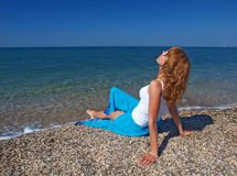 Femme heureux sur la plage photographie stock libre de droits