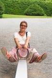 Femme heureux sur une oscillation Photo libre de droits