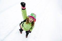 Femme heureux trimardant en montagnes de l'hiver Photo stock
