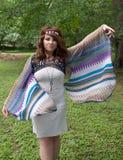 Femme hippie dans la robe avec de longues douilles débordantes Images stock