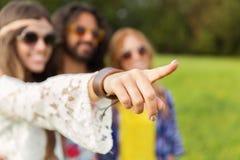 Femme hippie heureuse dirigeant le doigt dehors Photographie stock