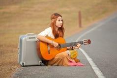Femme hippie jouant la musique images stock