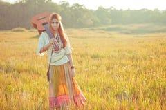 Femme hippie marchant dans le domaine d'or Photographie stock libre de droits