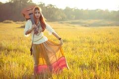 Femme hippie marchant dans le domaine d'or Image stock