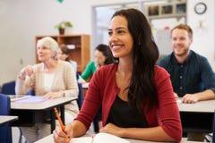 Femme hispanique étudiant à la classe d'éducation des adultes recherchant photographie stock libre de droits