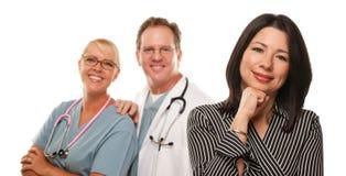 Femme hispanique avec le médecin et l'infirmière mâles photos stock