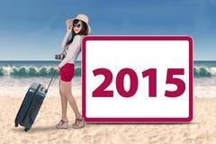 Femme hispanique avec le numéro 2015 sur la plage Photo stock