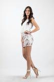 Femme hispanique bronzée magnifique dans la pose courte de robe de soirée photographie stock