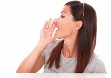 Femme hispanique conversant et regardant vers sa droite Images stock