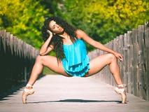 Femme hispanique de danseur en deuxième position et plie grand Photo libre de droits
