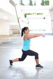 Femme hispanique de sport faisant des mouvements brusques avec l'haltère deux rose, extérieure Photo libre de droits