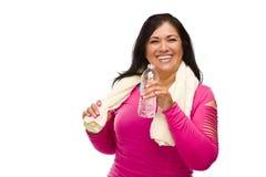 Femme hispanique en vêtements, eau et essuie-main de séance d'entraînement photo libre de droits