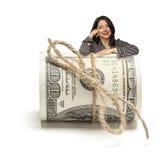 Femme hispanique heureuse se penchant sur un rouleau de cent  Image stock
