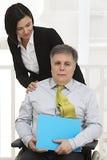 Femme, homme handicapé de aide d'affaires Photographie stock libre de droits