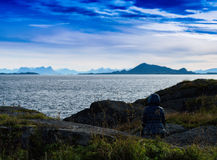 Femme horizontale regardant fixement le paysage vibrant de la Norvège photo stock