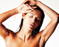 Femme humide de détente dans la douche sous l'eau Photographie stock