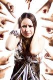 Femme humiliée avec des mains se dirigeant à elle image stock