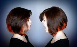 Femme hurlant à elle-même Photo stock