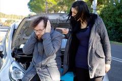 Femme hurlant au mari après problème de voiture Photo stock