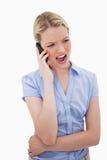 Femme hurlant dans son téléphone photos stock