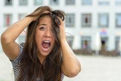 Femme hurlant et déchirant à ses cheveux Photos libres de droits