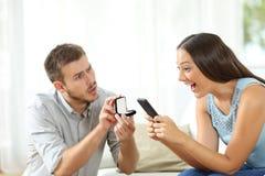 Femme ignorant une proposition de mariage Photographie stock libre de droits