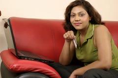 Femme indien avec par la carte de crédit Photo stock