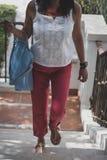 Femme indienne attirante d'origine marchant à travers des escaliers images libres de droits