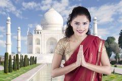 Femme indienne avec le geste bienvenu en Taj Mahal Photographie stock libre de droits