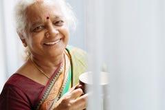 Femme indienne avec une tasse Image stock