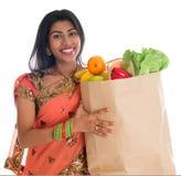 Femme indienne ayant des achats d'épiceries Image libre de droits