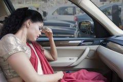 Femme indienne coincée dans un embouteillage images stock