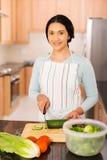 Femme indienne coupant le concombre Image stock