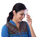 Femme indienne déçue tenant 2000 notes de roupie Images stock