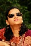 Femme indienne dans des lunettes de soleil Photographie stock libre de droits