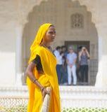 Femme indienne de la quatrième caste Shudras dans Sari traditionnel Image stock