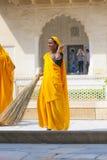 Femme indienne de la quatrième caste Shudras dans Sari traditionnel Images stock