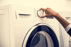 Femme indienne faisant une blanchisserie photos stock