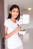 Femme indienne mangeant de la salade photo libre de droits