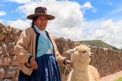 Femme indienne péruvienne dans le tissage traditionnel de robe Photographie stock libre de droits