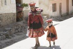 Femme indienne Quechua et sa petite-fille habillées dans l'équipement tissé sur métiers à main coloré Images libres de droits
