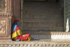 Femme indienne s'asseyante dans le sari coloré Images stock