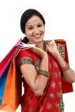 Femme indienne traditionnelle avec des paniers photos stock