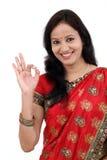 Femme indienne traditionnelle heureuse faisant le geste correct photos libres de droits