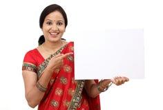 Femme indienne traditionnelle tenant un panneau d'affichage vide images stock