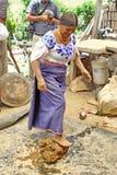 Femme indigène faisant la poterie photos libres de droits