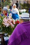 Femme indigène vendant des fleurs dans la plaza De Images libres de droits