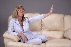Femme indiquant avec la main que le concept de restent loin Image libre de droits